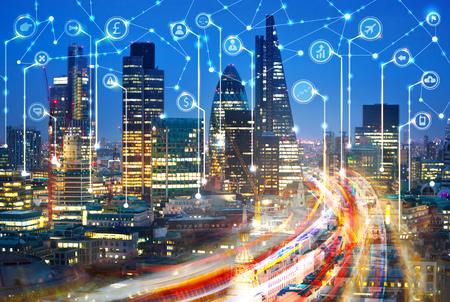 City of London bei Sonnenuntergang. Illustration mit Kommunikations- und Geschäftsikonen, Network Connections-Konzept.