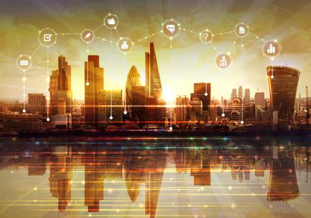 Londen en de rivier de Theems bij zonsondergang. Illustratie met communicatie en zakelijke pictogrammen, netwerkverbindingen concept.