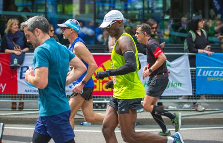 伦敦,英国- 2017年4月23日:快乐的马拉松运动员欢呼公众。慈善机构筹集资金。