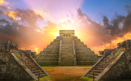 Mexico, Chichen Itza, Yucatn. Mayan pyramid of Kukulcan El Castillo at sunset Фото со стока - 111561636