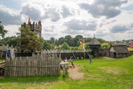 Essex, Regno Unito - 31 agosto 2018: ricostruzione del villaggio normanno, risalente al 1050. Centro educativo per bambini con dimostrazione della vita quotidiana e delle abilità