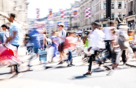 Londres, Reino Unido - 26 de junio de 2018: Desenfoque de movimiento hermoso de personas, caminando en la calle Regent en día de verano. Vida ajetreada de la capital. Editorial