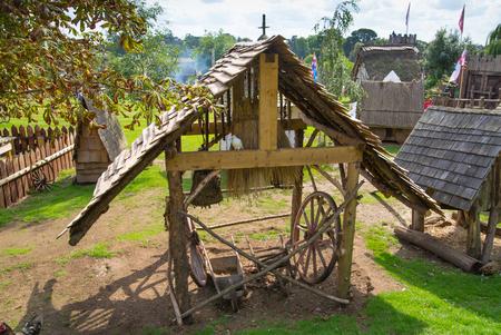 Essex, Regno Unito - 31 agosto 2018: ricostruzione del villaggio normanno, risalente al 1050. Centro educativo per bambini con dimostrazione della vita quotidiana e delle abilità medievali
