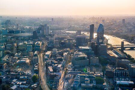 Londra, Regno Unito. Città di Londra al tramonto. La vista aerea include i grattacieli di Londra e il fiume Tamigi Archivio Fotografico