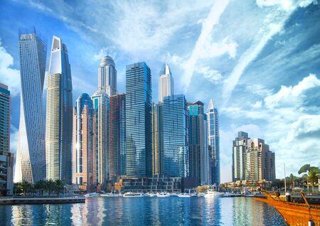 EAU, Emiratos Árabes Unidos. Dubai y el golfo Pérsico al atardecer Foto de archivo