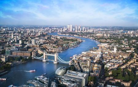 Londra, Regno Unito - 23 luglio 2019: Tower Bridge, Tamigi e City of London edifici per uffici e affari. Canary Wharf aria bancaria e finanziaria in background.
