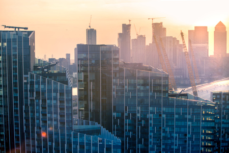 London, UK - August 27, 2019: New residential development at Greenwich and river Thames view at sunset. Foto de archivo - 129659477