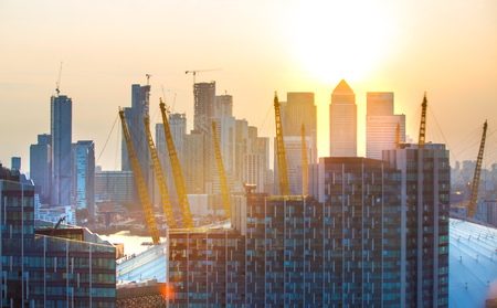 London, UK - August 27, 2019: New residential development at Greenwich and river Thames view at sunset. Foto de archivo - 129659479