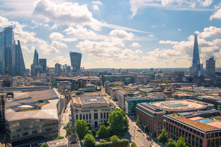 London, UK - June 20, 2019: City of London view from the St. Paul's cathedral at sunny summer day. View includes skyscrapers of banking and offie area Foto de archivo - 129659485