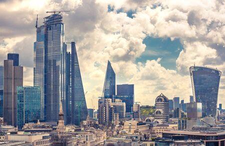 Ciudad de Londres en la suave luz de la mañana. Área comercial y bancaria con modernos rascacielos. Londres, Reino Unido Foto de archivo