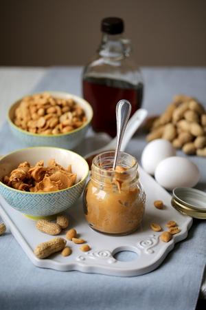 baking cookies: ingredienti per cuocere i biscotti con burro di arachidi e sciroppo d'acero Archivio Fotografico