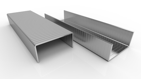 grapadora: Crampones metálicos para una grapadora en una superficie reflectante