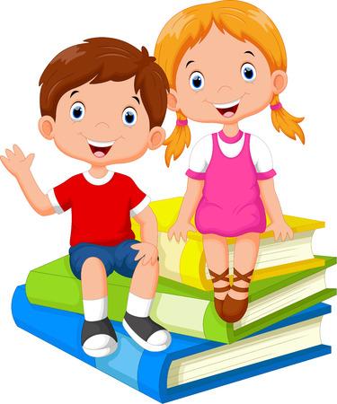graduacion niños: Los niños sentados sobre una pila de libros