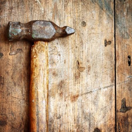 herramientas de construccion: Antiguo martillo sobre fondo de madera