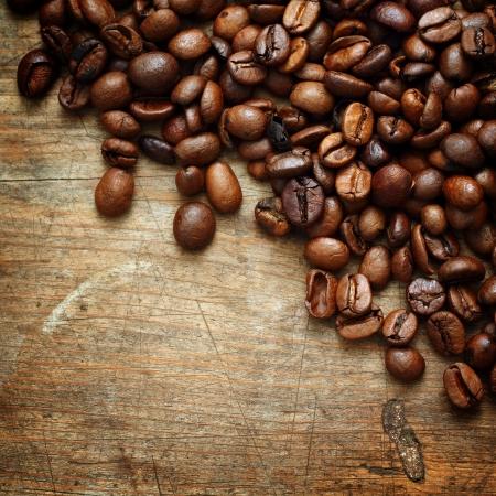semilla de cafe: Café en el fondo de madera del grunge