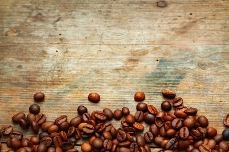 grano de cafe: Café en el fondo de madera del grunge