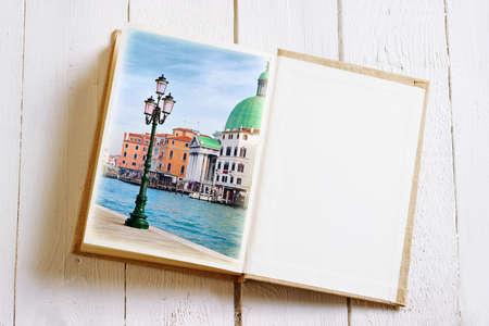 multiple exposure: Libro aperto immagine Venezia e la pagina vuota con. Effetto esposizione multipla � stato applicato.