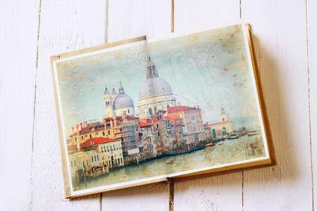 multiple exposure: Apra il vecchio libro di immagini di Venezia con. Effetto esposizione multipla � stato applicato.