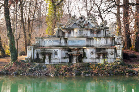 giardino: Fountain at a central Ducale park in Parma, Italy.