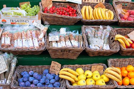 tiendas de comida: Riomaggiore, Italia - AGOSTO 11, 2015: mercado de la fruta local en la calle en verano en Riomaggiore - uno de los pueblos de Cinque Terre, Italia.