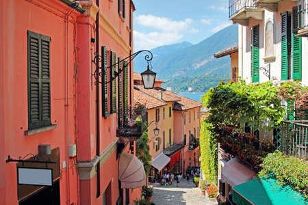 jezior: Stare malownicze ulice w Bellagio, Jezioro Como, Włochy.