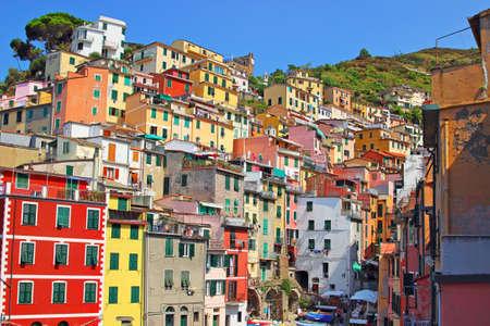 case colorate: Scenic case colorate di Riomaggiore, Cinque Terre, Italia. Stagione estiva. Archivio Fotografico