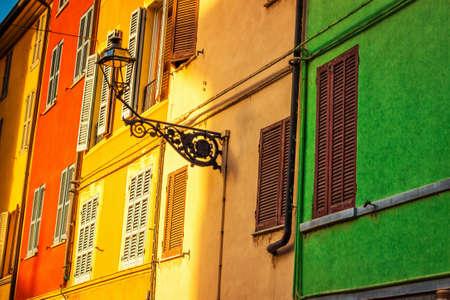 case colorate: Vecchie case colorate a Parma, Emilia-Romagna, Italia.