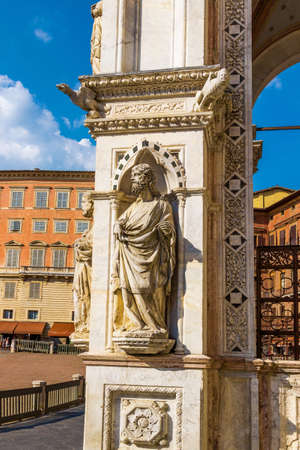 Escultura de la Cappella di Piazza en Siena, Toscana, Italia.