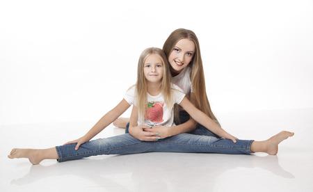 motouz: Dvě dívky sedí na podlaze Reklamní fotografie
