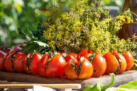 encurtidos: Los tomates frescos. Cocinar de tomate en lata. Foto de archivo