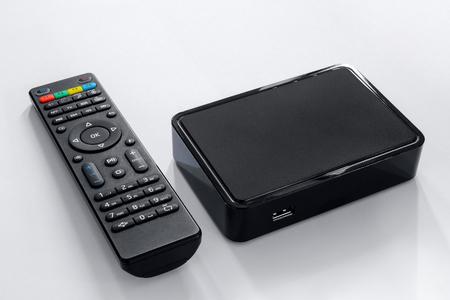 IPTV-Box und Fernbedienung. Modernes Multimediagerät zum Fernsehen über das Internet, Multimediaplayer und Bedienfeld. Standard-Bild