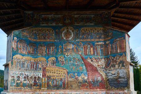 Monastère de Voronet, fondé au 15ème siècle, situé à Voronet, Roumanie. Édifice religieux en pierre de l'église chrétienne orthodoxe construite avec des murs peints. Banque d'images