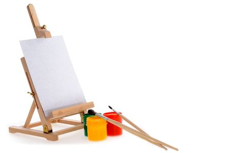 guache: Tres pinturas de gouache, tres brushe peque�os y un caballete.  Foto de archivo