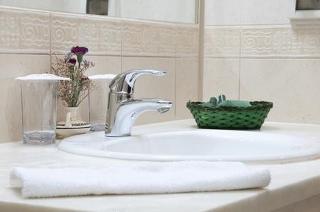 salle de bains: Salle de bains Hotel : �vier, tap, serviette et salle de bains d�finir