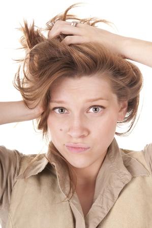 conundrum: Confuso Bella giovane donna con le mani nei capelli su bianco.