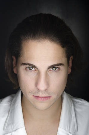 ojos marrones: Retrato calma hombre caucásico en fondo negro