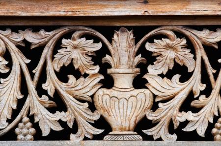 grecas: Antiguo talla de madera con taz�n y flores sobre fondo negro