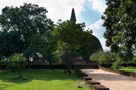 dagoba: The Rankot Vehera - 12th century ancient stupa in Polonnaruwa, Sri Lanka  The 54m dagoba, the largest in Polonnaruwa and the fourth largest on the island  Stock Photo
