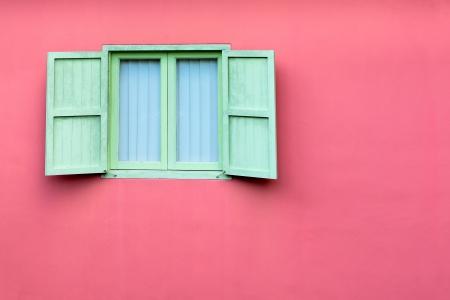 ventana abierta: Vintage ventana con postigos verdes en la pared de color rosa, Singapur Foto de archivo