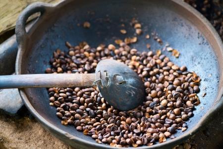 planta de cafe: Granos de caf� tostado tradicional en la cuenca del metal con la cuchara, la profundidad de campo