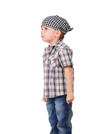 fantasque: Portrait d'un enfant d'�ge pr�scolaire en col�re capricieux en bandana et chemise, isol� sur blanc