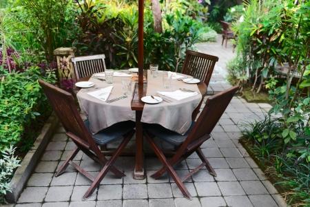 현관: 녹색 정원에서 여름 야외 카페 스톡 사진