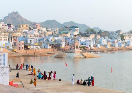 hindues: Pushkar, India - 20 de noviembre: Los peregrinos toman el ba�o ritual en el lago sagrado el 20 de noviembre de 2012 en Pushkar, Rajasthan, India. Es uno de los sitios de peregrinaci�n sagrada cinco para los devotos hind�es. Editorial