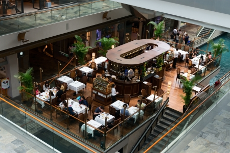 シンガポール - 9 月 8 日: TWG ティー サロンやブティックでカフェ ザ ショッパーズ アット マリーナ ベイ サンズ インテリア 2012 年 9 月 8 日にシンガポールで。以上 800 k 平方フィートの小売りおよびレストラン スペースがあります。 報道画像
