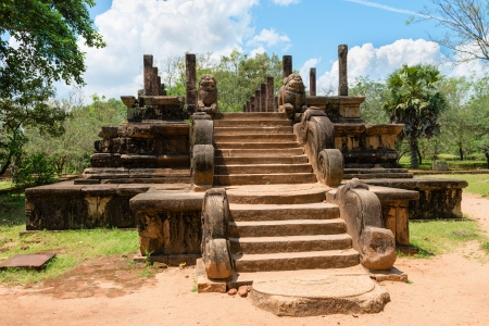 polonnaruwa: Audience Hall with steps and lion carvings part of the ruins of the ancient kingdom capital in Polonnaruwa, Sri Lanka  Stock Photo