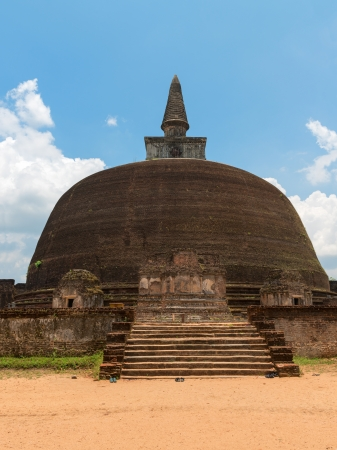 dagoba: Rankoth Vehera, the largest Buddhist dagoba at the ruins of the ancient kingdom capital Polonnaruwa, Sri Lanka