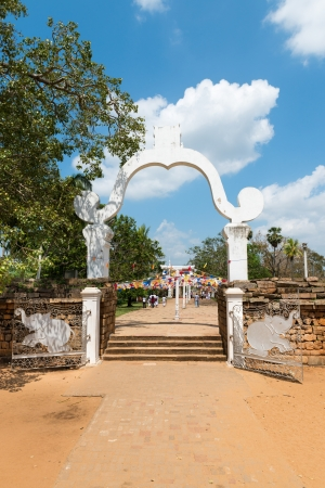 maha: Gate and entrance in Buddhist temple to Sri Maha Bodhi, Anuranhapura, Sri Lanka