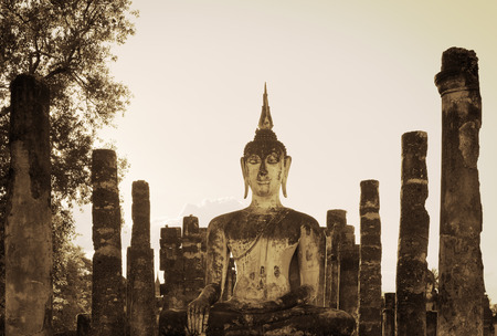 bouddha: Statue de Bouddha dans les anciennes ruines du temple bouddhiste. Statue de Bouddha dans le parc historique de Sukhothai Wat Mahathat.