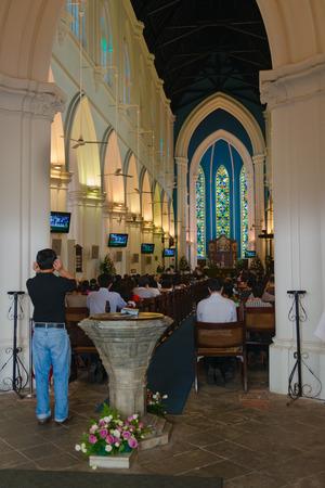 싱가포르 -2 월 2013 년 2 : 세인트 앤드류 성당에서 신성한 신성한 서비스. 그것은 나라에서 가장 큰 교회입니다.