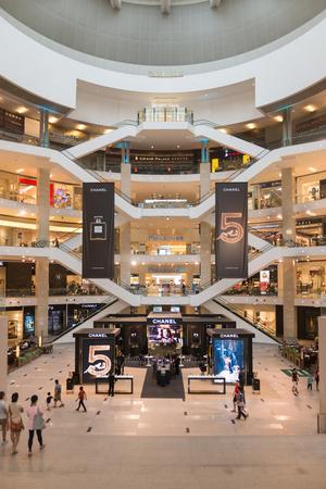 plaza comercial: KUALA LUMPUR, MALAYSIA - 02 NOV 2014: Pavilion shopping mall, many fashion outlets in a modern light interior.